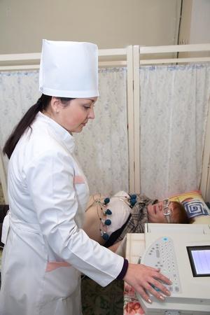 Lékař dělat EKG test klinice Reklamní fotografie - 13119871
