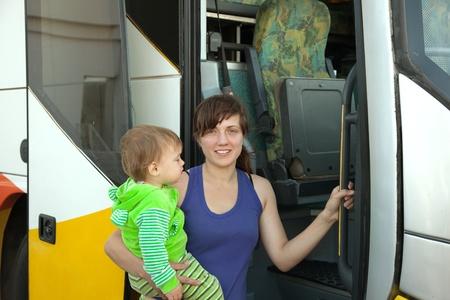 motorbus: La madre y el ni�o que viaja en el autob�s comercial