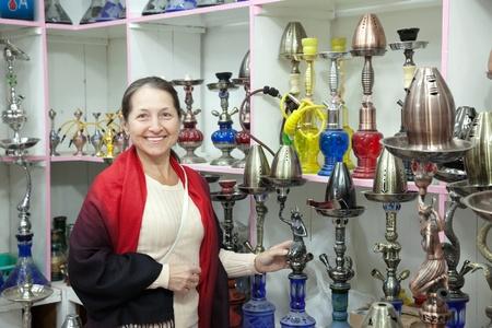 waterpipe: mujer decide sheesha en la tienda Foto de archivo