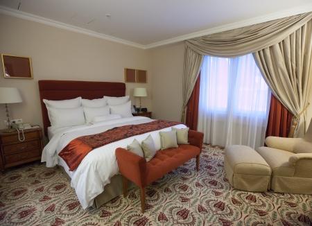 guest room: interno della camera da letto con letto matrimoniale Editoriali