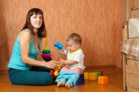vasino: madre mette il bambino sul vasino a casa Archivio Fotografico