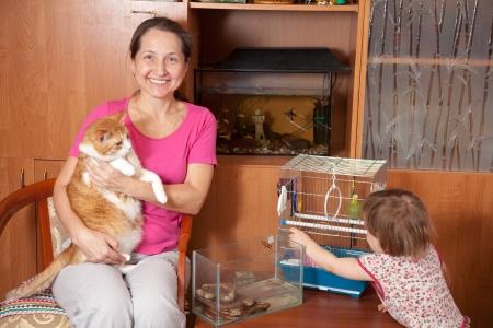 femme et enfant avec des animaux domestiques dans la maison Banque d'images - 14530913