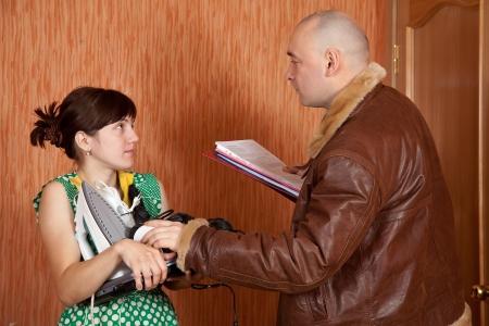 cobradores: hombre de negocios tratando de cobrar la deuda de las amas de casa