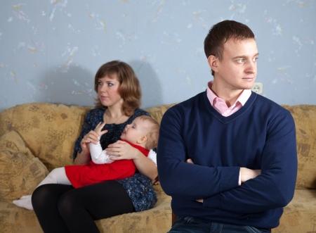 pareja discutiendo: Familia de tres disputa que tiene en su casa Foto de archivo