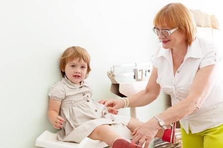 obesidad infantil: pediatra pesa el beb� pesa electr�nica con