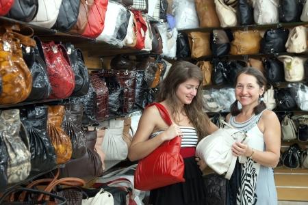 leren tas: Twee vrouwen kiest voor lederen tas in de winkel