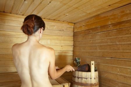 sauna nackt: Junge Frau, Dampfbad in der Sauna