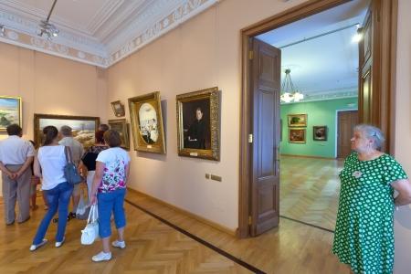 art museum: Yaroslavl, Russia - 28 LUGLIO: Interior of Art Museum di 28 LUGLIO 2012 a Yaroslavl, in Russia. Residenza del Governatore di Yaroslavl, costruita nel 1820. Dal 1970, in edificio si trova il Museo d'Arte Editoriali