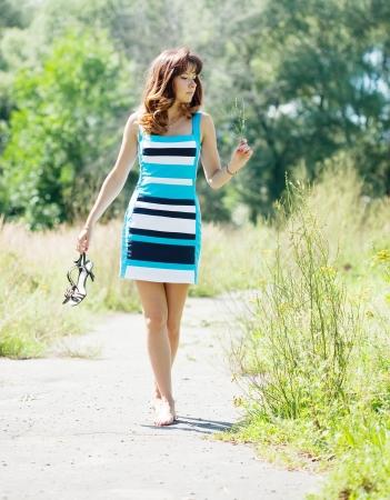 pieds nus femme: belle femme marche pieds nus dans le parc l'�t�