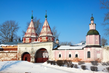 vestige: Holy gate of Rizopolozhensky monastery at Suzdal in winter. Russia Stock Photo