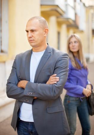 pareja discutiendo: pareja después de riña en calle de la ciudad Foto de archivo