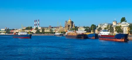 luitenant: Schepen op Lieutenant Schmidt Embankment op Vasilyevsky Island. Sint-Petersburg, Rusland