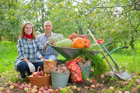 agricultor: Familia feliz con cosecha de hortalizas en el jard�n
