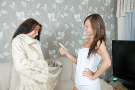 boast: Donna che fanno vanto di pelliccia in casa