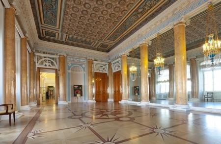 palacio ruso: San Petersburgo, Rusia - 03 de agosto: Interior del Palacio Stroganov 3 de agosto de 2012 en San Petersburgo, Rusia. Palacio fue construido a los dise�os de Rastrelli en 1753-54. Ahora - una rama del Museo Ruso