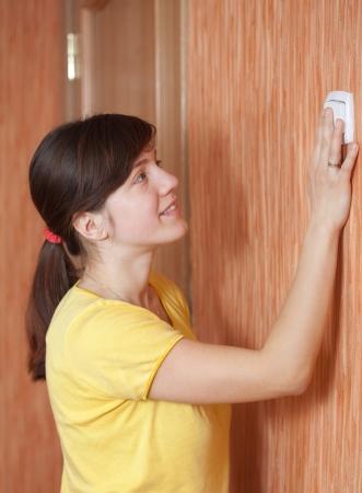 turns of the year: Mujer joven de apagar el interruptor de la luz en el hogar Foto de archivo