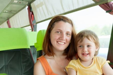 motorbus: Madre y ni�o que viaja en autobus
