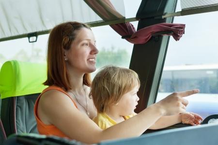 motorbus: Madre y ni�o que viaja en autob�s comercial