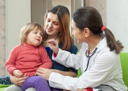 enfant malade: enfants mature m�decin examinateur b�b� de 2 ans � la maison