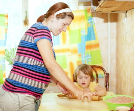 gravida: family together in the kitchen prepares food