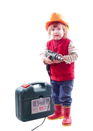 2 to 3 years: 2 anni bambino in elmetto con trapano e cassetta degli attrezzi. Isolato su sfondo bianco Archivio Fotografico
