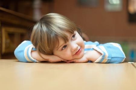 2 to 3 years: bambino calma si siede in casa