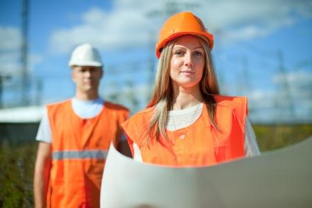 zwei Arbeiter mit Schutzhelm arbeitet Elektrizit?tswerk