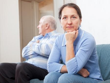 problemas familiares: Pareja mayor teniendo problemas en casa