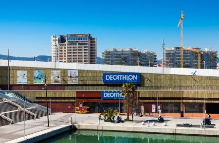 sporting goods: BARCELONA, ESPA�A - 18 de marzo: Decathlon en el Puerto Ol�mpico en 18 de marzo 2013 en Barcelona, ??Espa�a. Decathlon - empresa de art�culos deportivos. Fundada en Francia en 1976. En 2007 la compa��a factur� USD 6.123 millones Editorial
