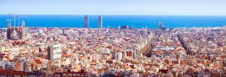 barcelone: Vue panoramique de Barcelone depuis le Parc Guell en journ�e ensoleill�e. Espagne
