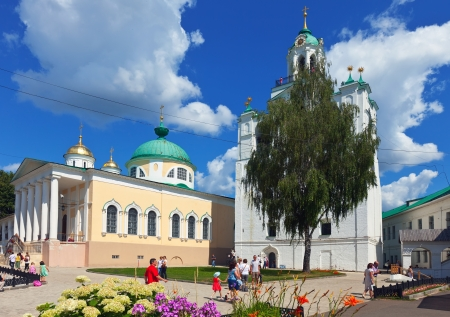 kreml: YAROSLAVL, RUSSIA - JULY 28: Holy Transfiguration Monastery in July 28, 2012 in Yaroslavl, Russia. In 1216-1224 years in monastery built Saviour Cathedral. Now it is State History-Architectural Museum