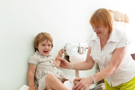 obesidad infantil: pediatra pesa al beb� usando electr�nica pesa