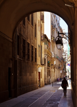 gotico: BARCELONA, ESPAÑA - 14 de abril: Antiguas calles del Barrio Gótico en 14 de abril 2013 en Barcelona, ??España. Es el centro de la ciudad vieja de Barcelona. Centro de la vida turística Editorial