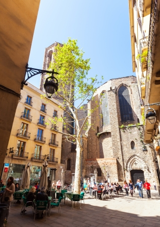gotico: BARCELONA, ESPA�A - 14 de abril: Pla�a del Milicia desconegut en 14 de abril 2013 en Barcelona, ??Espa�a. Es la plaza cerca de la iglesia g�tica del siglo 14 en el Barrio G�tico Editorial