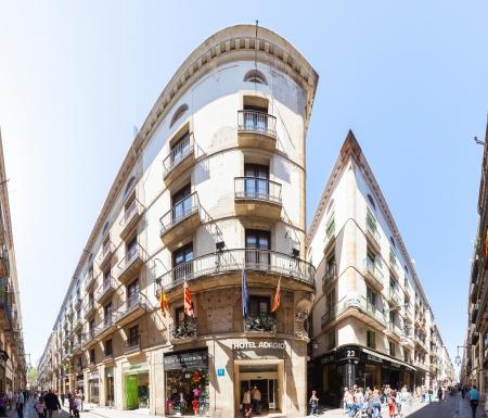 gotico: Barcelona - 14 de abril: en la calle Ferran de Barrio G�tico en 14 de abril 2013 en Barcelona. Es el centro de la antigua ciudad, uno de los s�mbolos de la ciudad