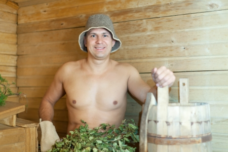 sauna nackt: Man unter Dampf in Holzsauna