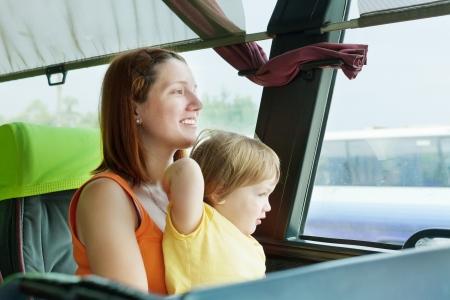 motorbus: La madre y el ni?o que viaja en el autob?s comercial Foto de archivo
