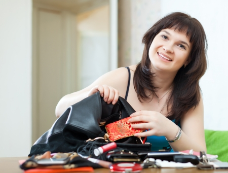 ransack: Ordinary woman can not finding anything in her handbag at table