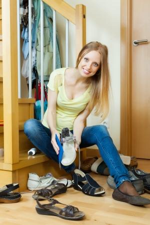 Glückliche Langhaarige Frau Schuhe Putzen Zu Hause