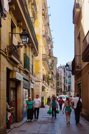 gotico: Barcelona - 14 de abril: Antigua calle estrecha de la ciudad mediterránea - Barrio Gótico, en 14 de abril 2013 en Barcelona. Es el centro de la antigua ciudad, uno de los símbolos de la ciudad
