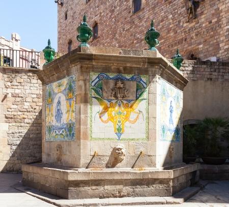 gotico: Antigua fuente en el Barri G�tic. Barcelona, ??Catalu�a