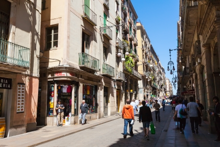 gotico: BARCELONA, ESPA�A-14 de abril: en la calle Ferran de Barrio G�tico en 14 de abril 2013 en Barcelona, ??Espa�a. Es el centro de la antigua ciudad, uno de los s�mbolos de la ciudad