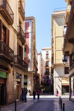 gotico: BARCELONA, ESPA�A-14 de abril: pintorescas calles de barrio g�tico, en 14 de abril 2013 en Barcelona, ??Espa�a. Es el centro de la ciudad vieja, el nombre del barrio se debe a los edificios conservados, construida en �poca medieval
