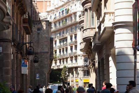 gotico: BARCELONA, ESPA�A - 23 de abril: Calle antigua en el Barrio G�tico el 23 de abril de 2013 en Barcelona, ??Espa�a. Es el centro de la ciudad vieja de Barcelona. Centro de la vida tur�stica