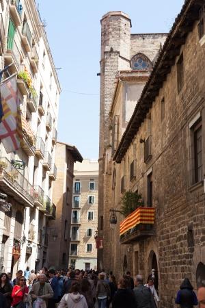 gotico: BARCELONA, ESPAÑA - 23 de abril: la calle en el Barrio Gotico el 23 de abril de 2013 en Barcelona, ??España. Es el centro de la ciudad vieja de Barcelona. Centro de la vida turística