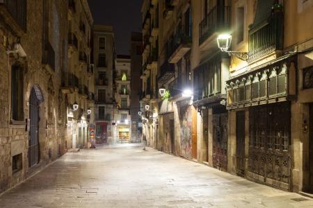 gotico: Vista nocturna del casco antiguo de la calle en Barcelona, ??España