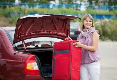 Blonde Frau Packen Ihr Gepäck Ins Auto Lizenzfreie Fotos, Bilder Und ...