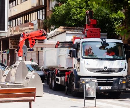 separacion de basura: BARCELONA, ESPA�A - 23 DE JUNIO: Coche de reciclaje recogiendo contenedores el 23 de junio de 2013 en Barcelona, ??Espa�a. Cami�n de basura recoge latas de la basura con la separaci�n de la basura