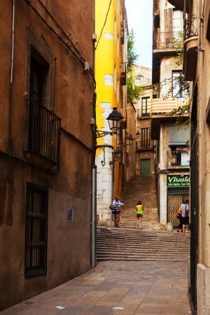 censo: GIRONA, ESPA�A - 01 de julio: Calle de Girona en 01 de julio 2013 en Girona, Espa�a. Una de las ciudades m�s antiguas de Europa, con un conjunto de edificios medievales bien conservados. Poblaci�n: 96.722 (Censo 2011)