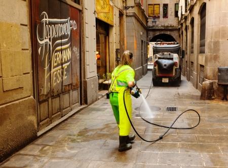 gotico: BARCELONA, ESPA�A - 01 de junio: La limpieza en h�medo de las calles antiguas en 01 de junio 2013 en Barcelona, ??Espa�a. Limpieza del distrito antiguo con agua limpia